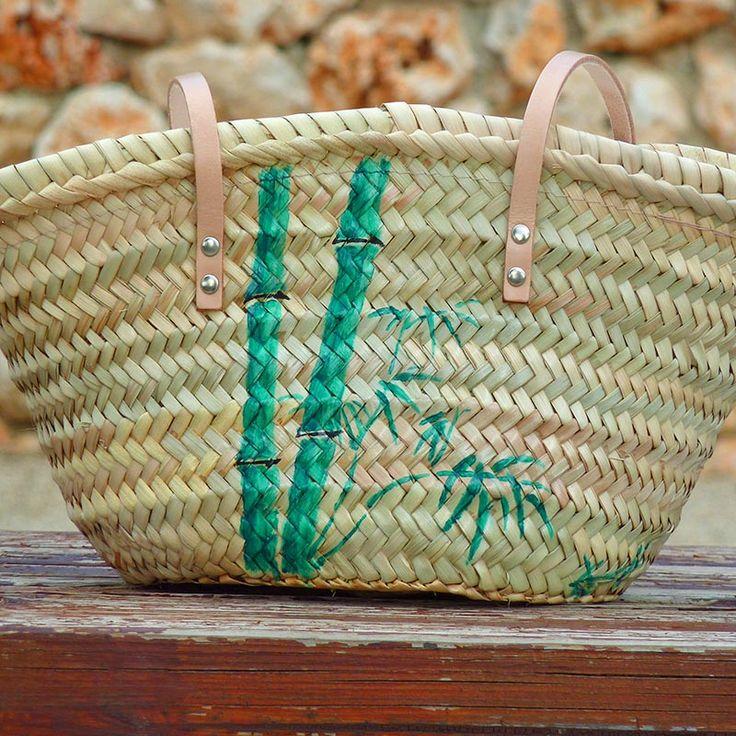 Sólo hay un tono de verde, con mayor o menor saturación de pintura se consigue la iluminación del bambú. #bolsos #capazos www.artaliquam.com