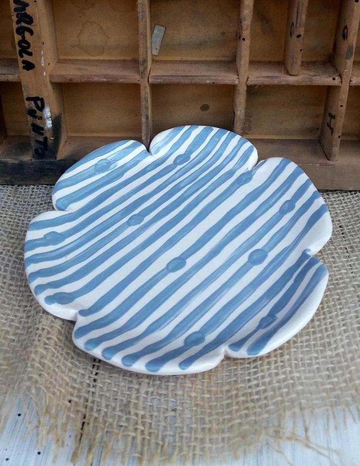 Piattino decorato fatto a mano / decorazione geometrica a righe e pois / geometric decoration / blue and white / stripes and dots di QBceramics su Etsy