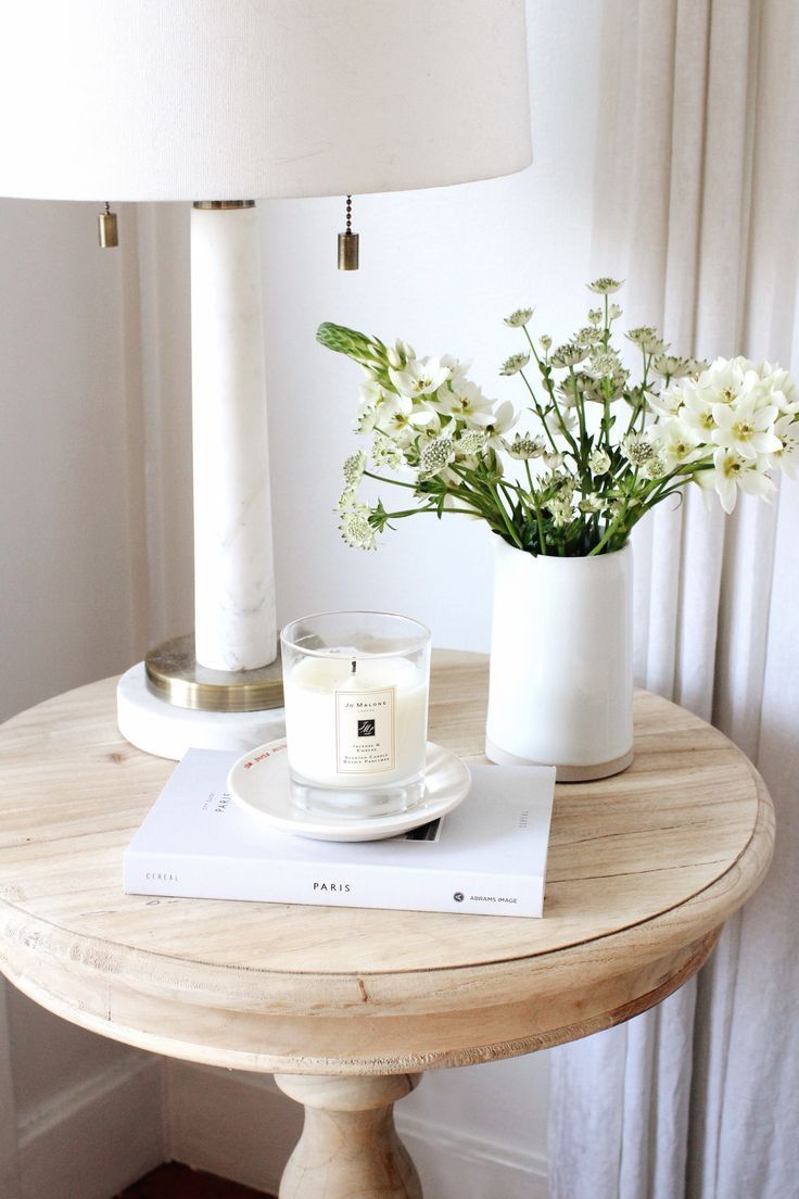 Wijntafel Licht Ideeen Vaas Met Bloemen Boek Styling Ideas Finding The Time To Keep Ou In 2020 Side Table Decor Table Decor Living Room Side Table Decor Living Room
