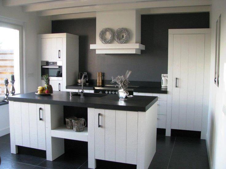 Stoere eiken gelakte keuken. Voorzien van inductie boretti fornuis en een granieten werkblad. En een hand gesmeed greepje. www.diepeveen.nl