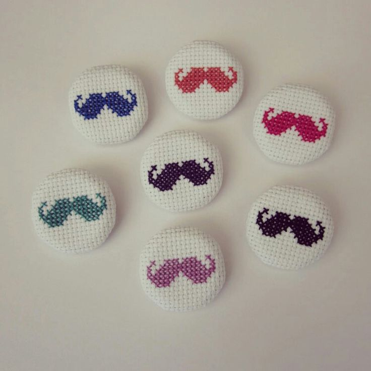 """""""Broche chapa"""" de mostachos en punto de cruz. #moustaches #mostachos #bigotes"""