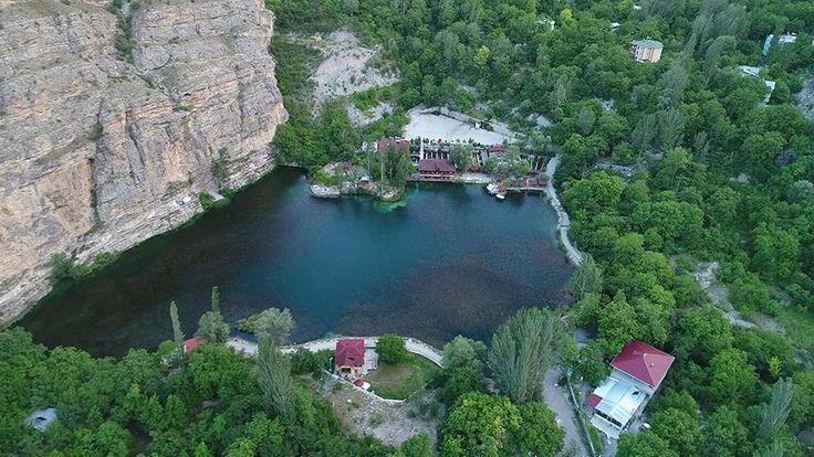 """Erzurum'un """"sakin kent"""" unvanı verilen Uzundere ilçesi, Tortum Gölü, tarihi yapıları, köprüleri, yemyeşil yaylaları ve ormanlarıyla çok sayıda ziyaretçiyi ağırlıyor."""