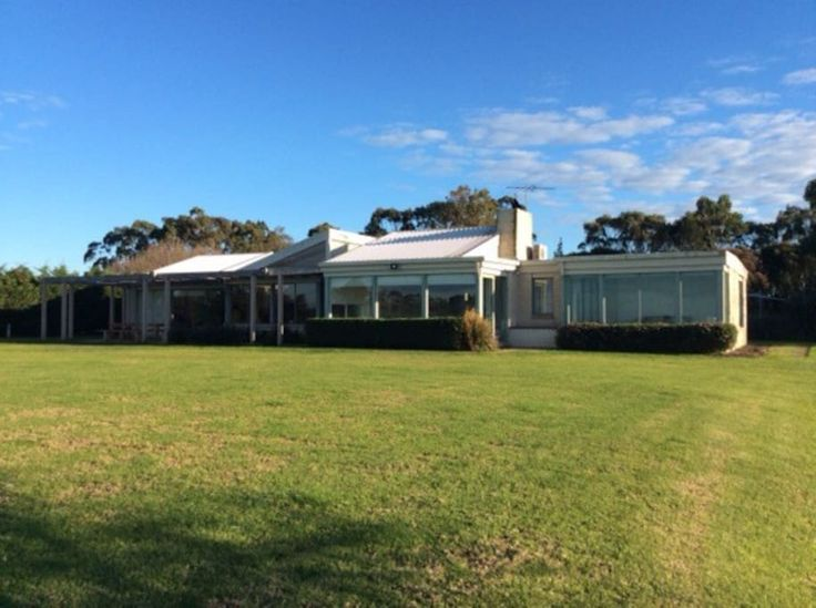 House in Shoreham, Australia. Stunning hilltop ocean views! 4 bedroom, 11 beds, pool, trampoline, cubby house, table tennis, outdoor settings, chooks, alpacas, Red Hill wineries, outdoor fire, beaches 3km away, peninsula golf courses. Ideal for several couples, large/2 family ...