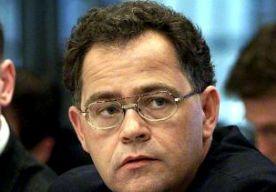 """11-Jul-2014 8:50 - """"POLITICI, ERKEN FALEN SREBRENICA"""". Politici moeten erkennen dat Nederland heeft gefaald in Srebrenica. De huidige generatie moet alsnog verantwoordelijkheid durven nemen voor de slachtpartij onder moslims in de enclave. Dat schrijft Bert Bakker, oud-voorzitter van de parlementaire enquêtecommissie Srebrenica, op de opiniepagina van Trouw. Het is vandaag negentien jaar geleden dat de enclave viel. Nederlandse militairen bleven passief toen Serviërs 7500 moslimmannen..."""