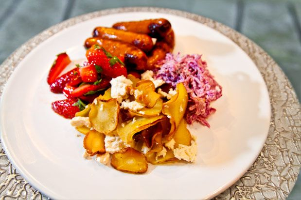 Kryddig korv med röd coleslaw och palsternackschips