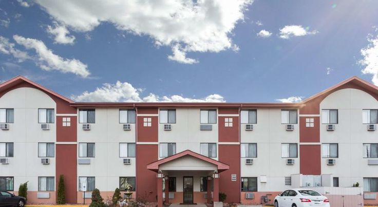 Super 8 Mundelein Mundelein Conveniently located between Chicago and Milwaukee in the heart of beautiful Mundelein, Illinois, this suburban hotel provides both leisure and business travelers with comfortable accommodations, complete with all modern conveniences.