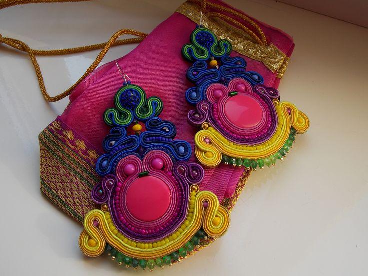 Tęczowe kolczyki wykonane metoda haftu sutasz #sutasz#ameliasoutache#kolczyki#bizuteria#etno#boho style#folk style #jewelry #jewellery #earrings #sutasz #soutache #bijoux #swarovski #bizuteria #kolczyki   #art #original #handmade #handcrafted #handmadejewelry