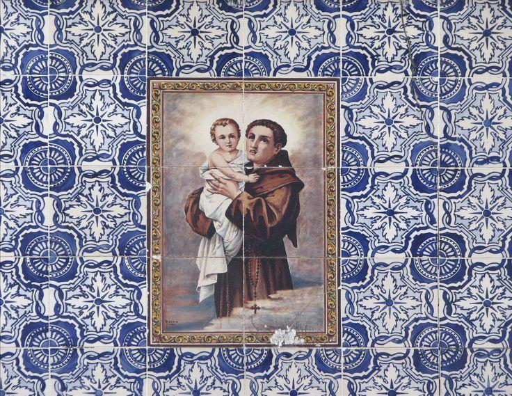 Ovar   Edifício na / Building in the Rua Fernandes Tomás, n.º 59 [© Az Infinitum] #Azulejo #AzulejoDoMês #AzulejoOfTheMonth #Santos #Saints