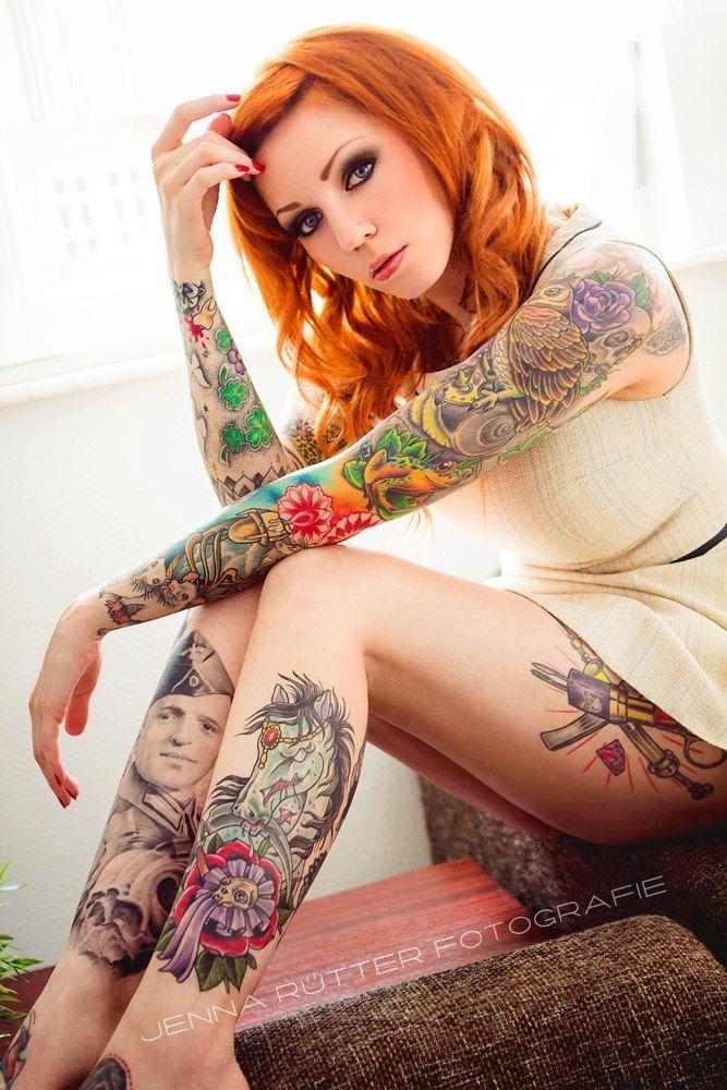 Фото домашние рыжей девушки с татуировкой