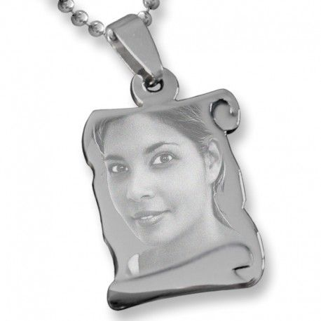 Un colgante precioso con foto grabada con diamante y personalizado para entregar un regalo muy especial.