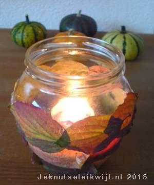 sfeer lichtje knutselen met herfstbladeren.