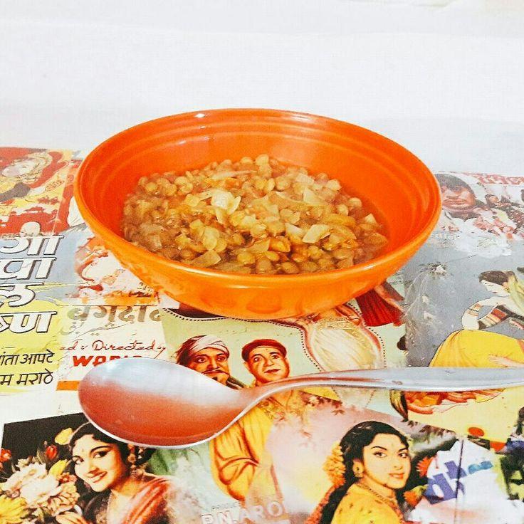 Dahl de Lentilhas  O dahl é um ensopado indiano feito essencialmente de leguminosas e grãos secos (lentilha, feijões, favas ou grão-de-bico). É um prato clássico em países como Índia, Nepal, Paquistão, Sri Lanka e Bangladeshi.   Ele pode ser servido como prato principal acompanhado de arroz branco e pão chapati ou como acompanhamento para uma carne ou peixe.  O dahl é uma ótima alternativa vegetariana, pois têm uma grande quantidade de proteínas e com o arroz, é uma refeição bastante…