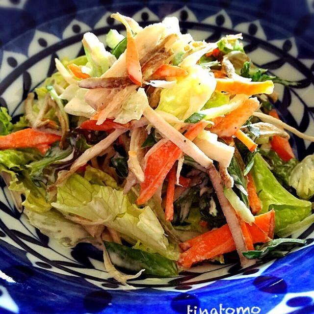 春菊は、葉を生のままです!  人参、きゅうり、サニーレタスも。  マヨネーズと、お吸い物の粉だけで混ぜてみました〜 - 94件のもぐもぐ - ごぼうと春菊のサラダ! by Tina Tomoko