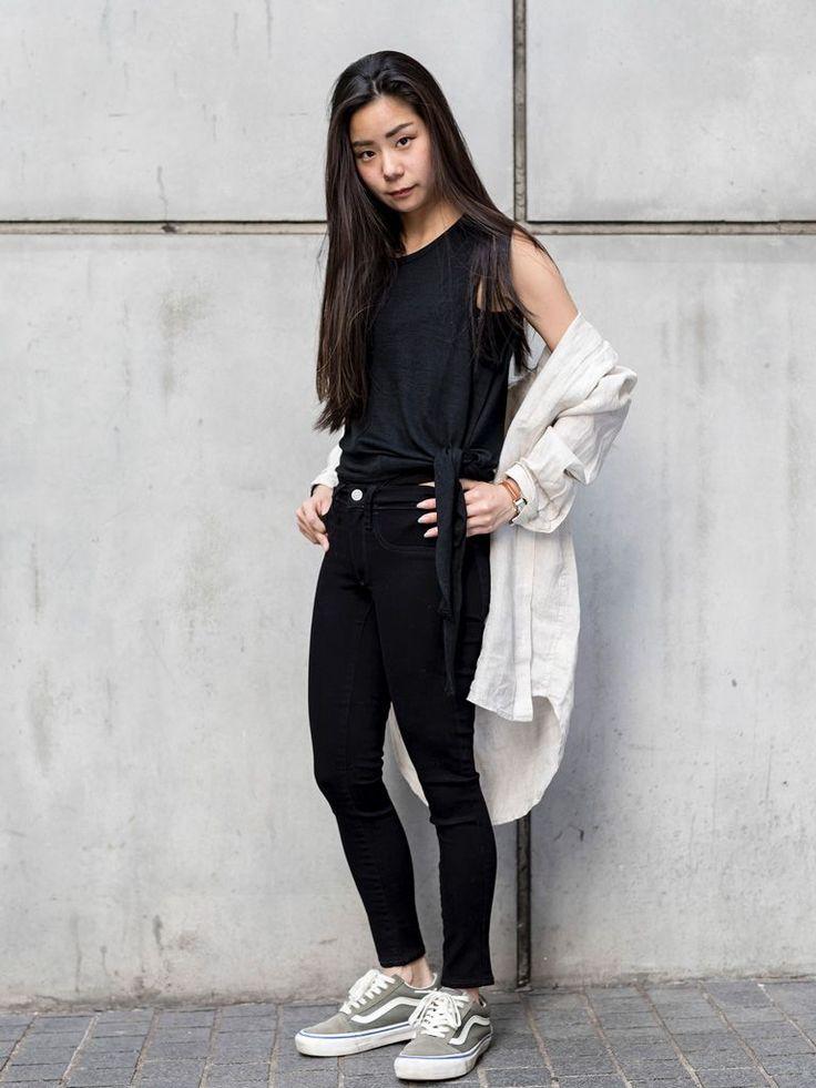 【渋谷店スタッフ注目コーデ】 タンクトップ+パンツのカジュアルなワントーンコーデも、リネンシャツを羽織って大人シックな印象に。デザイン性のあるタンクトップで遊び心を。  リネンオーバーサイズ シャツ (Color:ベージュ/¥5,900/ID:528006/着用サイズ:XS) サイドタイ タンクトップ (Color:ブラック/¥2,900/ID:642797/着用サイズ:XS) イージーレギンス (Color:ブラック/...