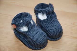Adorable knit booties pattern. Free from Debbie Bliss at Ravelry.
