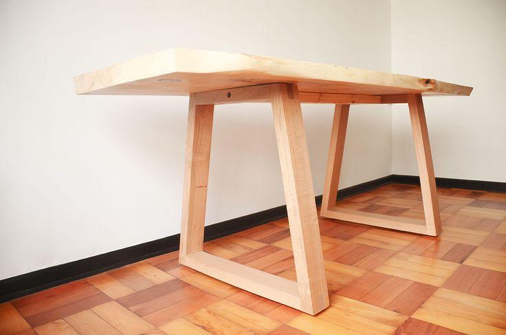 Savia Chilena / MESA A Mesa multiuso con cubierta de tronco ciprés irregular.