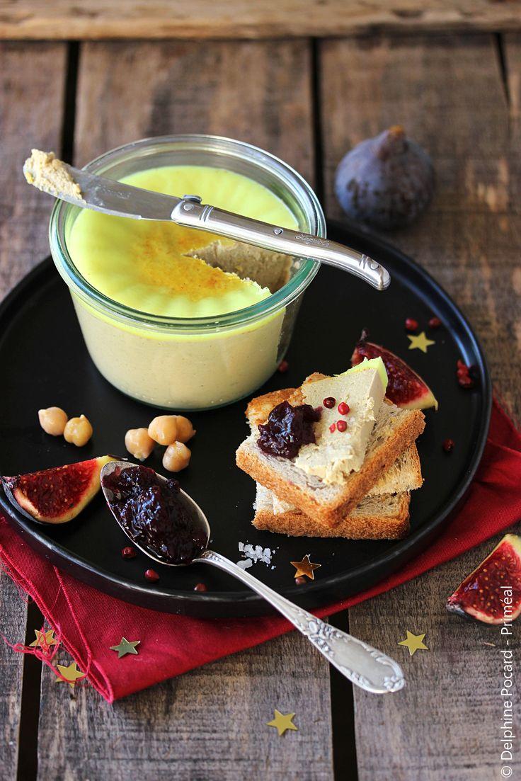Recette végétarienne - Le « faux-gras végétal » est une bonne alternative au foie-gras si l'on souhaite festoyer en fin d'année comme il se doit tout en respectant les animaux. Ici, cette version à base de pois-chiches et de champignons, enrichie à l'huile de coco, aromatisée au vin blanc et bien épicée est assez bluffante : le goût et l'aspect nous rappellent vraiment la terrine au foie-gras, sauf que là on se régale sans arrière-pensées !
