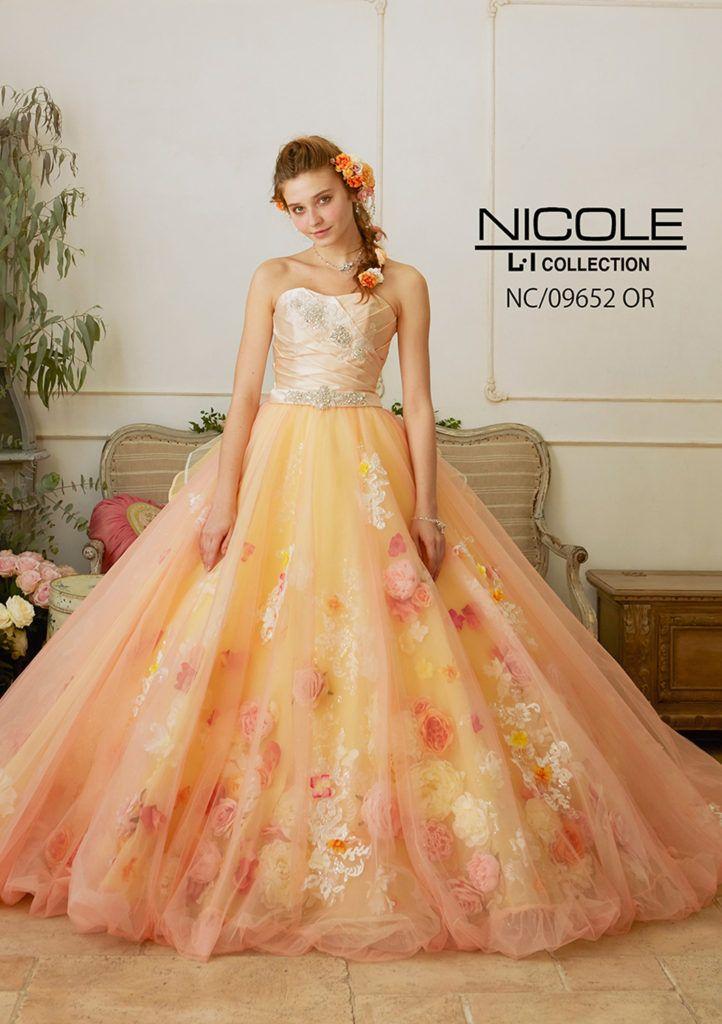 NC-09652 - NICOLE カラードレス - クリスタルやラインストーンで立体的なビジュー加工を施したサテンドレープの身頃とラメチュールをたっぷり使用したバルーンスカートが大人Xキュートな1着。 エアリー感のあるバルーンスカートには12種類の花材、2種類のレースを使用し、華やかに仕上げています。ナチュラルオレンジの柔らかいカラーにさらに柔らかいなお花がた