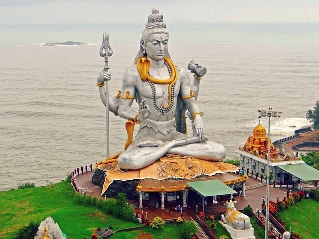 Murudeshwar is a picturesque place situated between Honnavar and Bhatkal in Karnataka India. It is bounded by the Arabian Sea and the Western Ghats. Murdeshwar is another name of the Hindu god Shiva. Murudeshwar is bounded by shimmering sea and rolling hills the place is a favourite picnic spot. The sea is an intrinsic part of the temple scape. . . #RoshTravels #RoshanFeeds #travel #india #indiatravels #incredibleindia #travelindia #indiatourism #incredibleindiaofficial #ig_india #iger_india…
