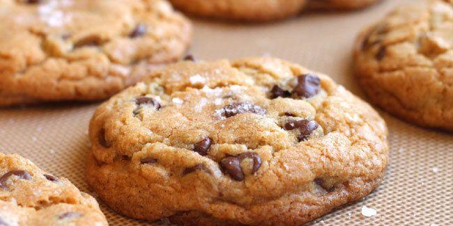 Vemale.com - Bila Anda ketagihan cookies renyah, jangan lupa mencoba resep choco chip cookies ini. Rasa cokelatnya legit dan tahan lama di lidah.