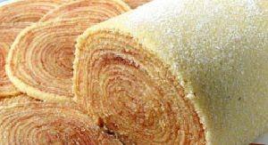 Ingredientes:   Massa:  1 1/4 xícara de manteiga  1 1/3 xícara de açúcar  7 gemas  2 xícaras de farinha de trigo  7 claras     Rec...