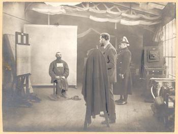 Fénykép készítés a gyanúsítottról (1905) - Forrás: bpkep.fszek.hu
