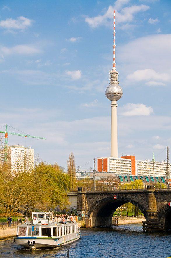 ベルリンに聳える電波塔の建設目的は 東ドイツの工業力のアピールに ... (C)Robert Harding Images / Masterfile / amanaimages