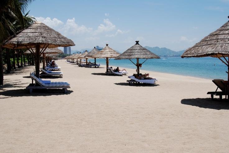La plage de sable blanc de Nha Trang (Photo prise par GlobalCitizen01). En savoir plus : https://www.amica-travel.com/vietnam-sites-a-decouvrir/centre-vietnam/nhatrang-plage-nha-trang #nhatrang #plage #vietnam
