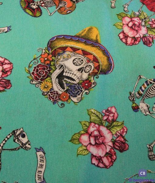 Tela Loneta con Calaveras Mexicanas, Esqueletos y Rosas – Fondo Verde