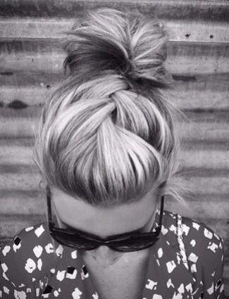 Hilft uns unsere Frisuren Herbst entsprechende machen zu renovieren, ist Promi-Stylist zu Stars wie Lauren Conrad und Rachel McAdams, Kristen Ess. Sie gibt uns die einfachsten Möglichkeiten, unsere Haare zu überführen.Braid und ein Brötchen. Einfache und chic. Keine Möglichkeit mein Haar ist dick genug, dafür aber sieht cool.