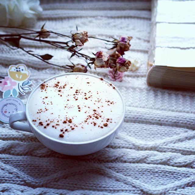 Тружусь над новым альбомчиком. Скоро будет свадебная нежность😋 Но без чашечки кофе с утра никак не обойтись, особенно в зимний понедельник. За окном снежный день, но с #кофе, он становится теплым и солнечным. #t_tatiscrap