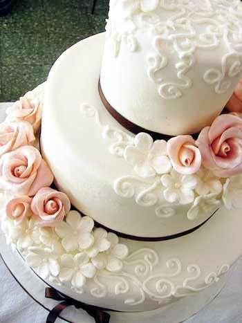 Bolo de casamento romântico em cor de rosa e branco