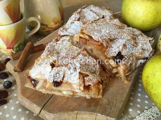 Lo strudel di mele è un dolce tipico del Trentino Alto Adige. Una sfoglia sottile con morbido ripieno a base di mele, pinoli, uvetta e cannella.