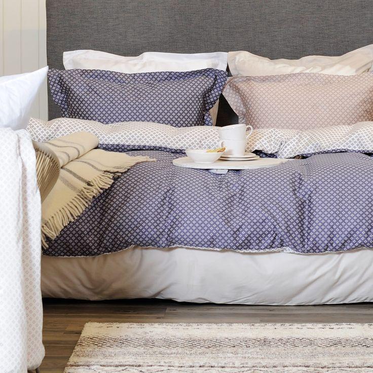 Julie sengesett i blå, beige eller dus rosa. Nydelig satengsett.