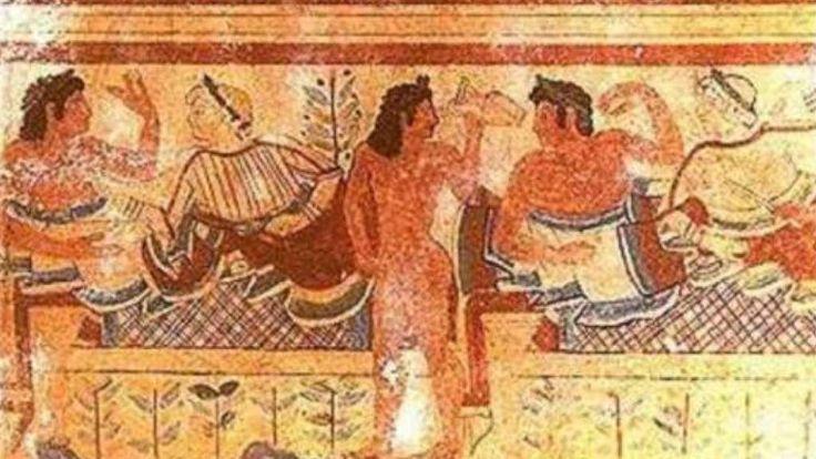 Los hombres llevaban la barba rizada y el cabello en tirabuzones que caian sobre la frente, aunque aveces la moda exigia llevar el cabello corto.