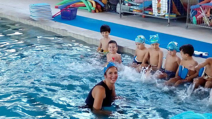 Ή προπονήτρια Όλγα Σούλου με τους καταπληκτικούς μικρούς ήρωες κολυμβητές..
