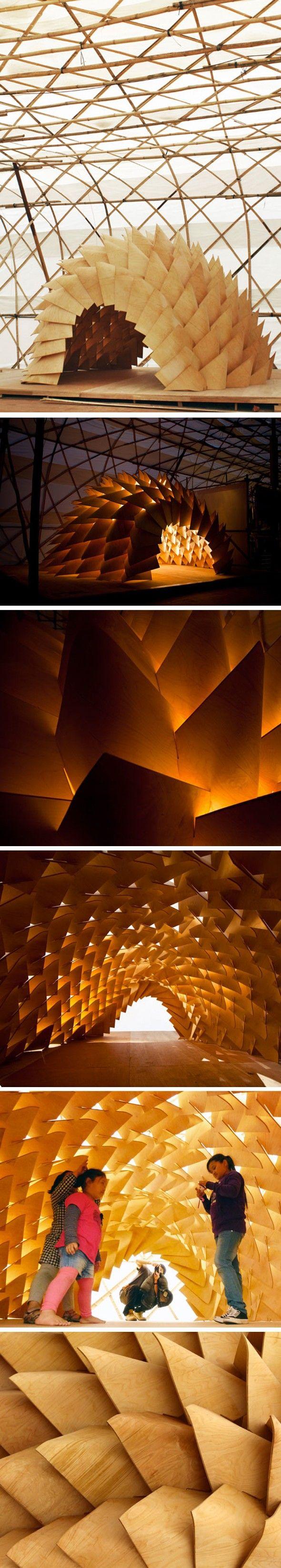 Dragon Skin. Pavillon Biennale de l'urbanisme, Hong Kong. LEAD et EDGE, 2 laboratoire de recherche sur l'architecture, le design et l'urbanisme. Composé de panneaux de contreplaqué identiques