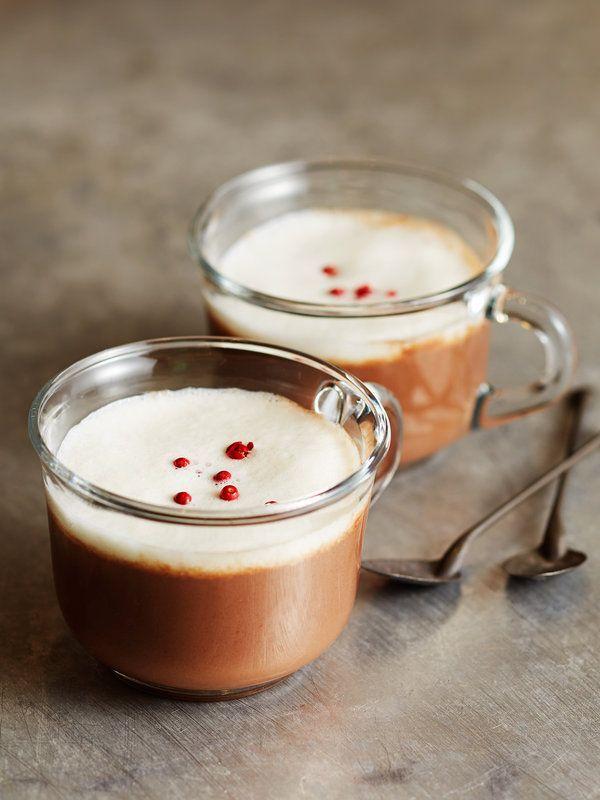 Recipe : ショコラ・ショ・ノワール(ホット・ダークチョコレート)/カカオマスを豆乳で溶いたホットチョコレートにシナモンを効かせて、心も体も温めて。ふんわりとフォームミルクをのせて、見た目にもほっこり。 #レシピ
