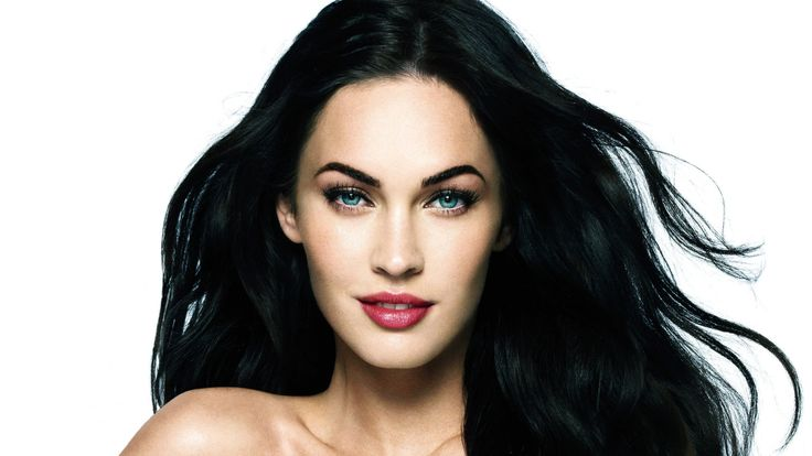 I picture Enyo with jet black hair crystal blue eyes pale skin Russian descent ...lol or basically megan fox :)
