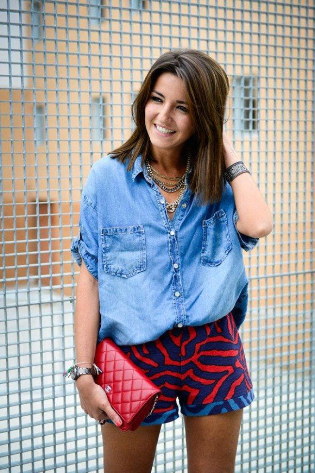 Summer Look | Camisa jeans e short estampado, clutch vermelha Chanel