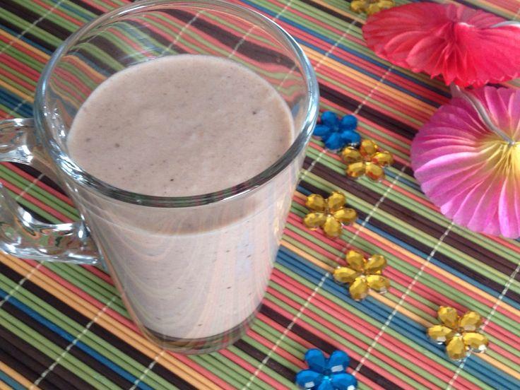 Ingredientes 250ml de leite de coco 250ml de água 1/2 banana madura 2 tâmaras sem caroço 2 colheres de chá de cacau cru em pó 1 pitada de baunilha Equipamento Liquidificador ou varinha mágica Preparação Coloca todos os ingredientes num