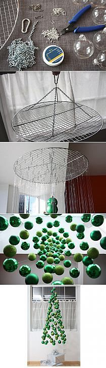 Kerstballen ophangen in de vorm van een kerstboom - Christmas balls hanging in the shape of a Christmas tree