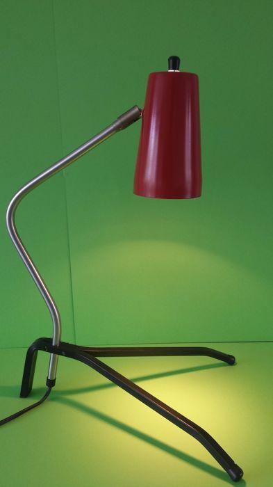 Vintage bureau lamp pinokkio stijl. Jaren 1970 Nederland  Mooie bureau lamp in Pinokkio stijl.Designer en fabrikant onbekend.Dat maakt deze fraaie lamp niet minder mooi.De kap is van metaal en heeft een mooie rode kleur.De voet is zwart en de ganzen hals heeft een mooie metalen zilver kleur.De hoogte van de lamp is 495 cm de breedte 27 cm en diepte 315 cm.Het lampenkapje is 16 cm lang en rond 85 cm.De lamp weegt 1180 gram.het snoer is ongeveer 130 cm lang.De lamp werkt op 220 volt en word…