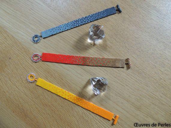 Bracelet très léger avec fermoir très chic en dégradé de gris fait main en perles japonaise Miyuki delicas en point de peyote. Composition:  - Miyuki Delicas 11/0  - Miyuki rocaille 15/0  - Fireline crystal  Couleurs:  - Ardoise métallique matte  - Gris opaque matte  - Crystal  Taille: - Longueur: 16.5cm  - Largeur: 1.2cm  Entretien: Le bijou est fait de matériau délicat quil convient de manipuler avec des précautions particulières afin de garantir sa beauté longtemps.  - Conservez votre…