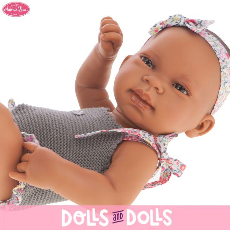 Crece la familia de los recién nacidos #AntonioJuan. Este año la nueva colección destaca por nuevos colores en los vestuarios de las #muñecas: blancos, grises, morados y estampados de flores y estrellitas dan un giro a los colores clásicos. Puedes encontrar tus #muñecos acompañados de varios complementos: sacos, saquitos, arrullos… Presta atención a las fotos ya que cada #muñeco tiene una carita diferente, a cual más encantador. #Dolls #AntonioJuanDolls #DollsMadeInSpain #MuñecasAntonioJuan