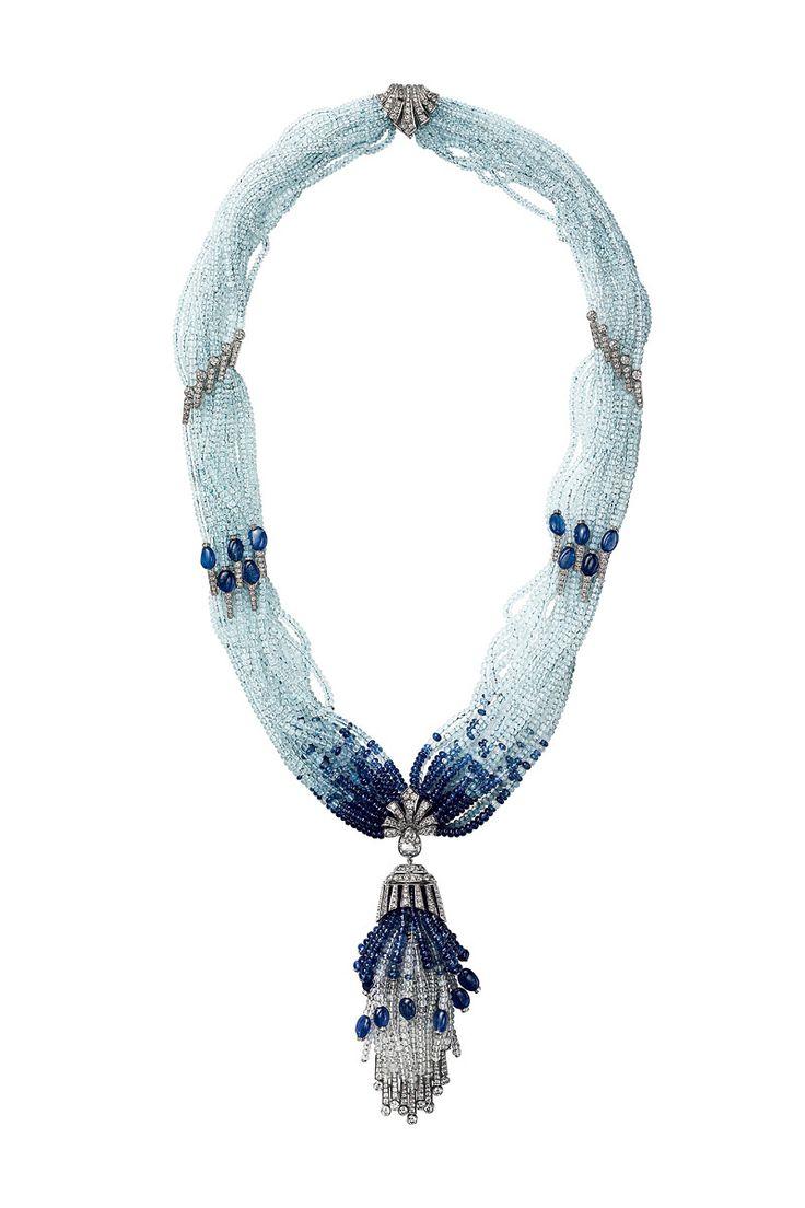 Maxi collar con hileras de cuentas y colgante tassel realizado en oro blanco con diamantes y cuarzos esféricos y zafiros azules, de Cartier