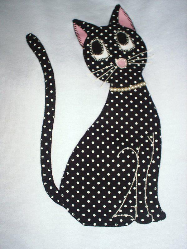 aplicación gato en tela de lunares negros.
