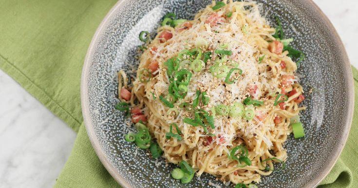 Jennie Walldén lagar en koreansk version på spaghetti carbonara, med nudlar, salladslök, sesamolja och soja.