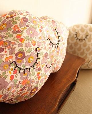 Cloud cushion: Baby'S Nurseries, Vintage Fabrics, Vintage Sheets Kids Room, Cushions Marilou, Clouds Cushions
