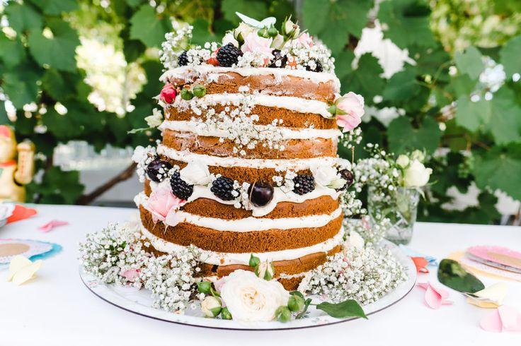 Ein Naked Cake mit Schleierkraut als Dekoration.  Foto: Stephan Presser Photography